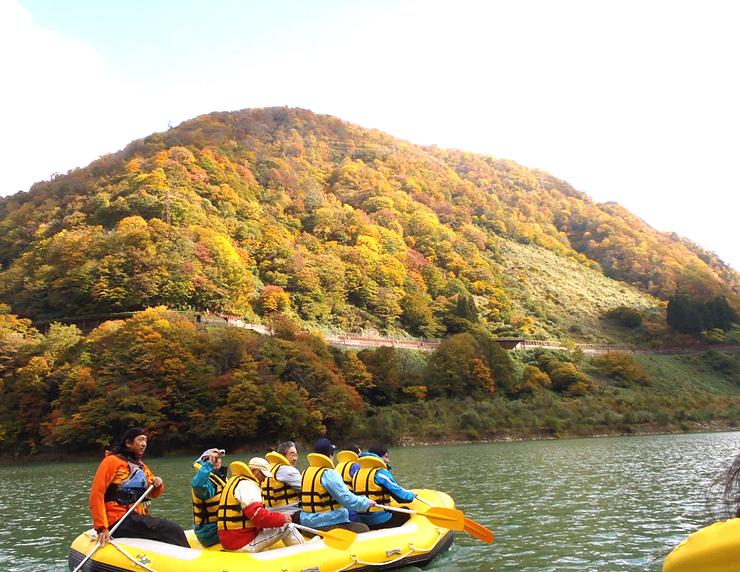紅葉シーズンの黒部峡谷を満喫できるボートクルーズ
