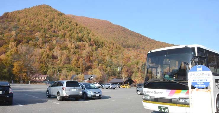 紅葉の時期を迎えている乗鞍高原。23日から3日間、白骨温泉や沢渡を結ぶ周遊バスが試験運行する