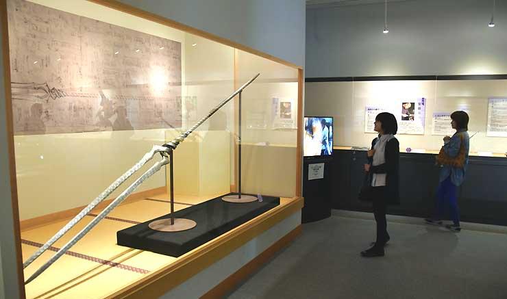 多くの入館者でにぎわう「ヱヴァンゲリヲンと日本刀展」。ロンギヌスの槍など作中に登場した刀剣類も並ぶ