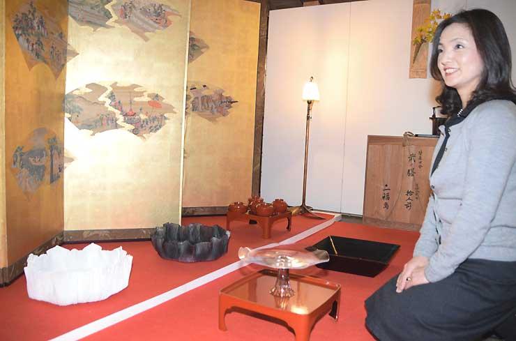 江戸時代の金屏風の前に飾られた現代のガラス製の高坏など