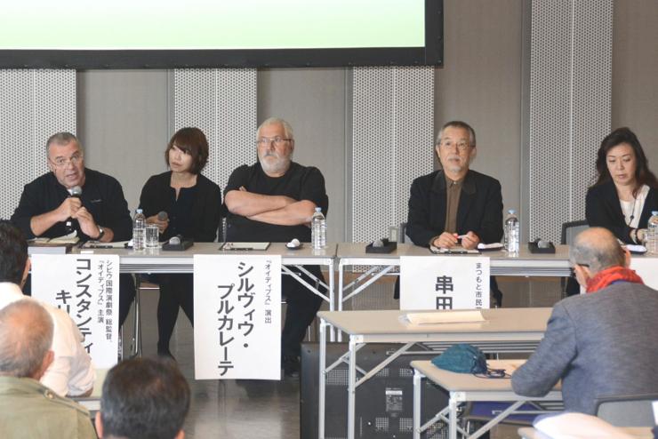 シンポジウムで発言するキリアックさん(左)や串田さん(左から4人目)ら=24日、松本市