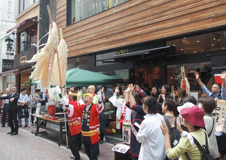 木やりの実演で始まった「銀座NAGANO」の1周年「大感謝祭」=24日、東京・銀座