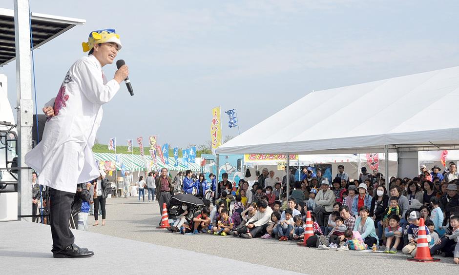 富山湾の豊かな自然について楽しく学んださかなクンのステージイベント=海王丸パーク特設会場