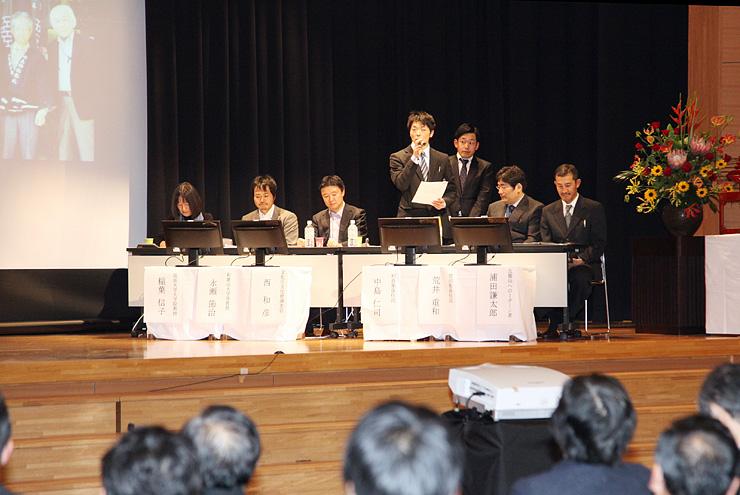 相倉、菅沼の若手住民や学識経験者らが意見を述べ合ったパネル討論=平若者センター春光荘