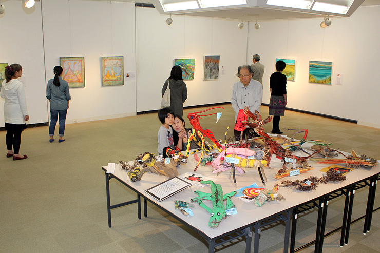 招待作家らの個性が光る独創的な絵画や流木アートが並ぶ会場=高岡市美術館