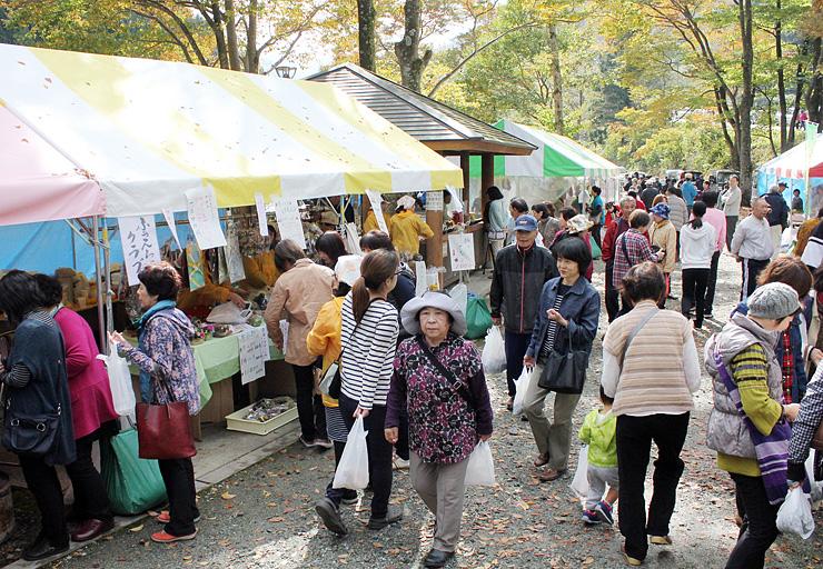 紅葉を眺めながらイベントを楽しむ来場者=魚津市片貝山ノ守キャンプ場