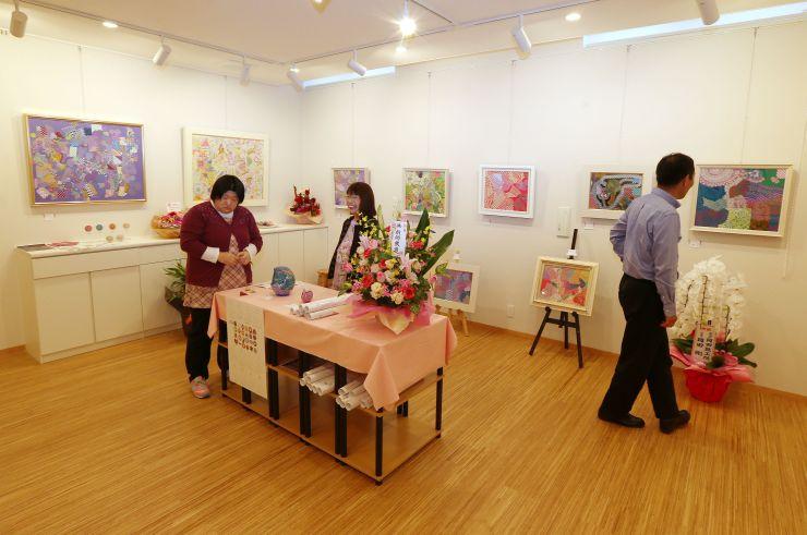 カラフルな抽象画が並ぶ展示スペース。奥には南葉山が望める喫茶室がある=上越市地頭方