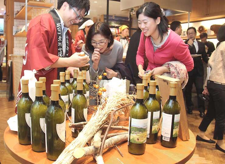 ワインボトルに詰めた「小滝米」=都内の銀座NAGANO