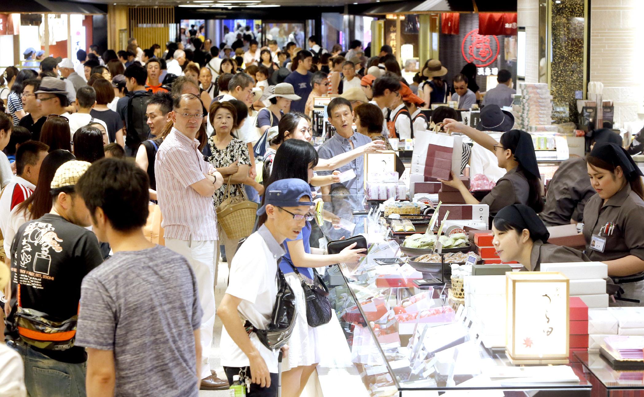 買い物客でにぎわう金沢百番街「あんと」=今年8月、JR金沢駅