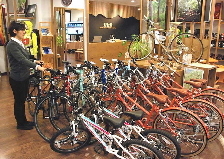 新幹線飯山駅1階にある「信越自然郷アクティビティセンター」。自転車の貸し出しなどをしている