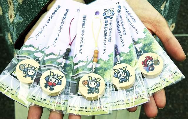スポーツをしたり特産品をあしらったりした「朝倉ゆめまる」の福井国体バージョンのストラップ=16日、福井市の一乗谷朝倉氏遺跡