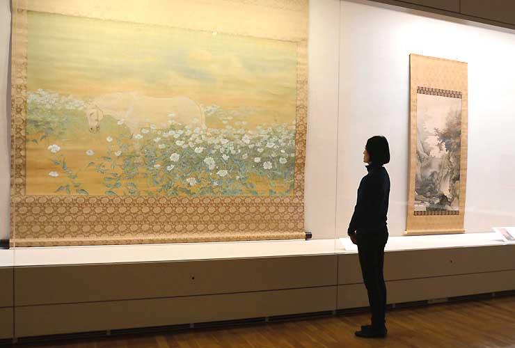 西郷孤月の代表作「春暖」(左)などが展示される作品展「橋本雅邦と幻の四天王」