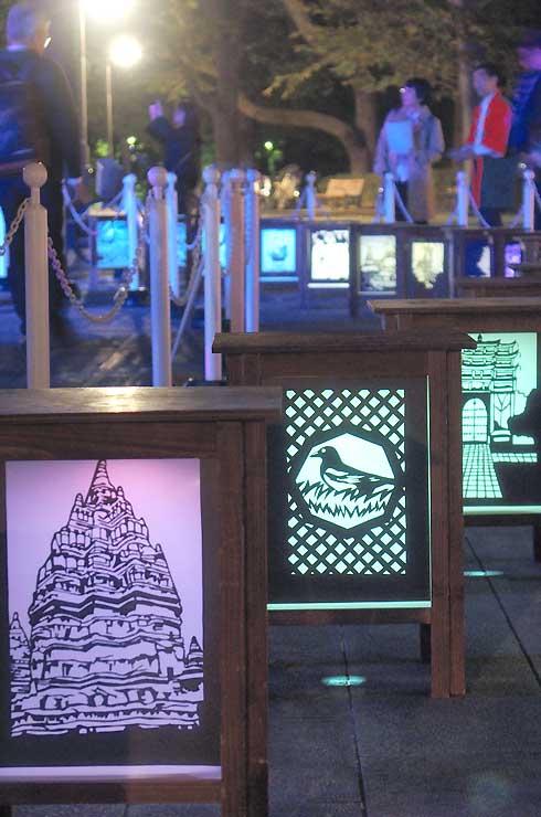 上野公園に飾られた長野灯明まつりの灯籠=30日午後6時ごろ
