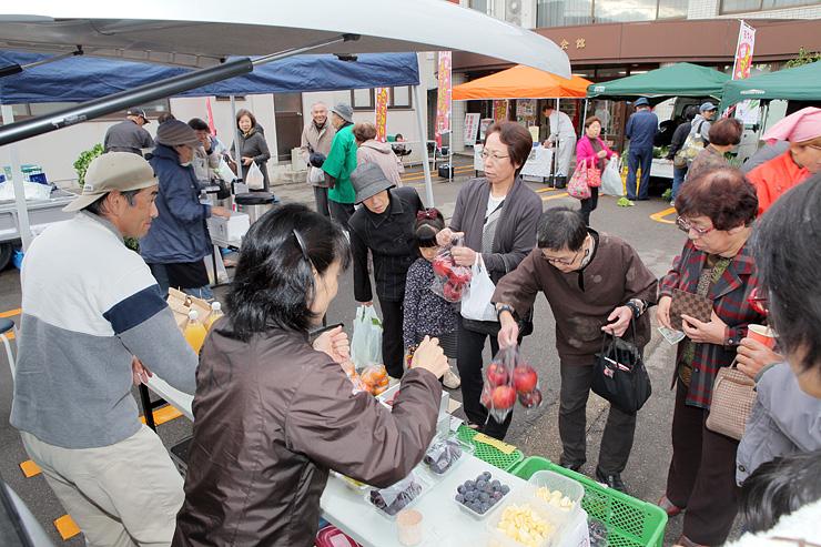 大勢の人が訪れた「おやべよってかれマーケット」のプレ開催=小矢部市商工会館前