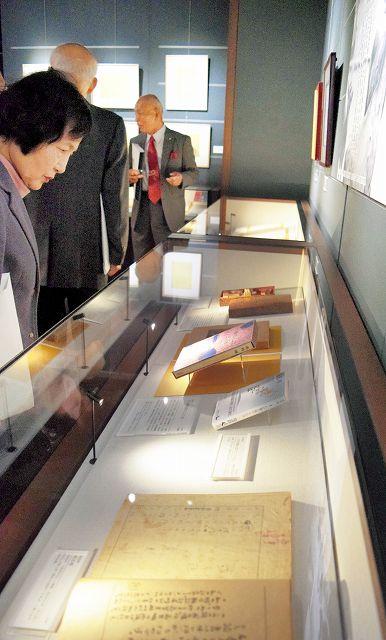 高見順の自筆原稿や書簡、衣類など約200点が並ぶ特別展=31日、福井県ふるさと文学館