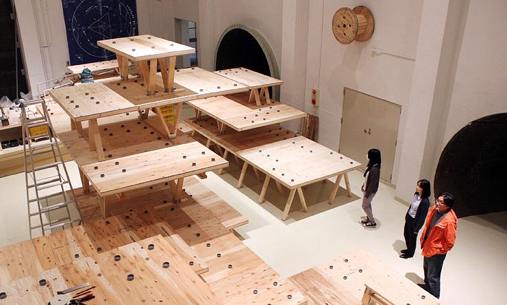 立体や平面の多彩な作品が並ぶ会場=入善町の発電所美術館
