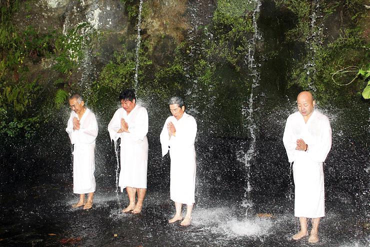 滝行を体験するツアー参加者