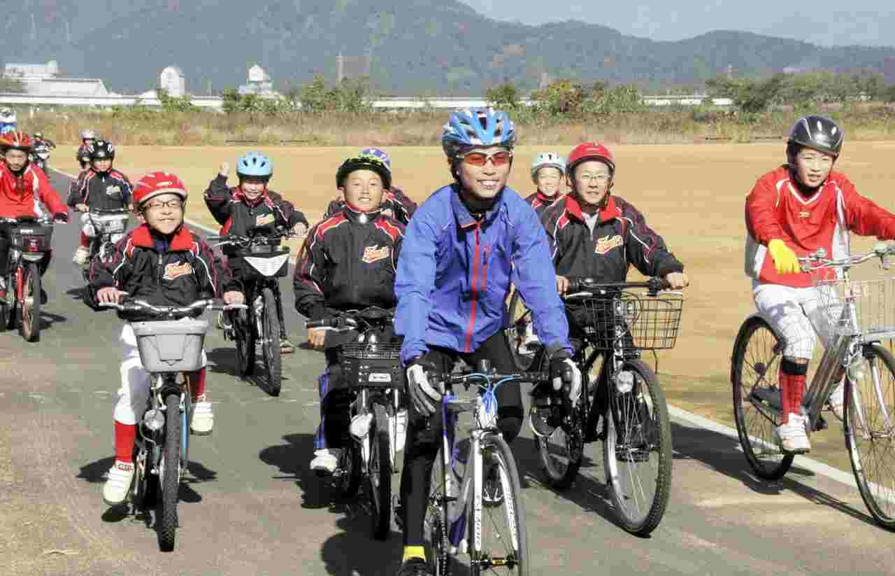 完成したサイクリングコースを走る子どもたち=1日、福井県大野市菖蒲池