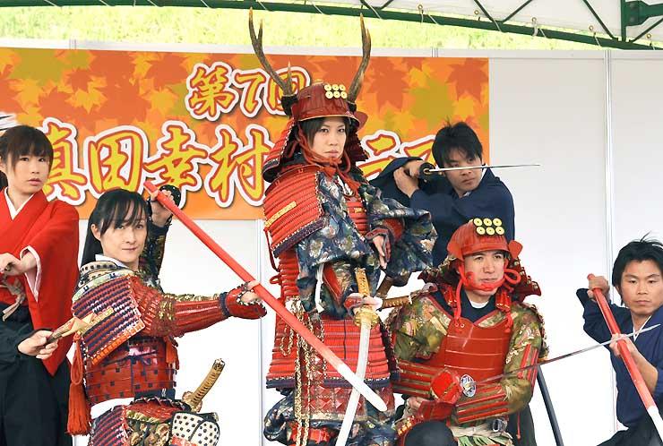 真田幸村コンテストで優勝した平野さん(中央)と準優勝の小林さん(左から2人目)