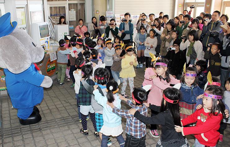 出発式で踊りを披露する園児=黒部市の電鉄黒部駅