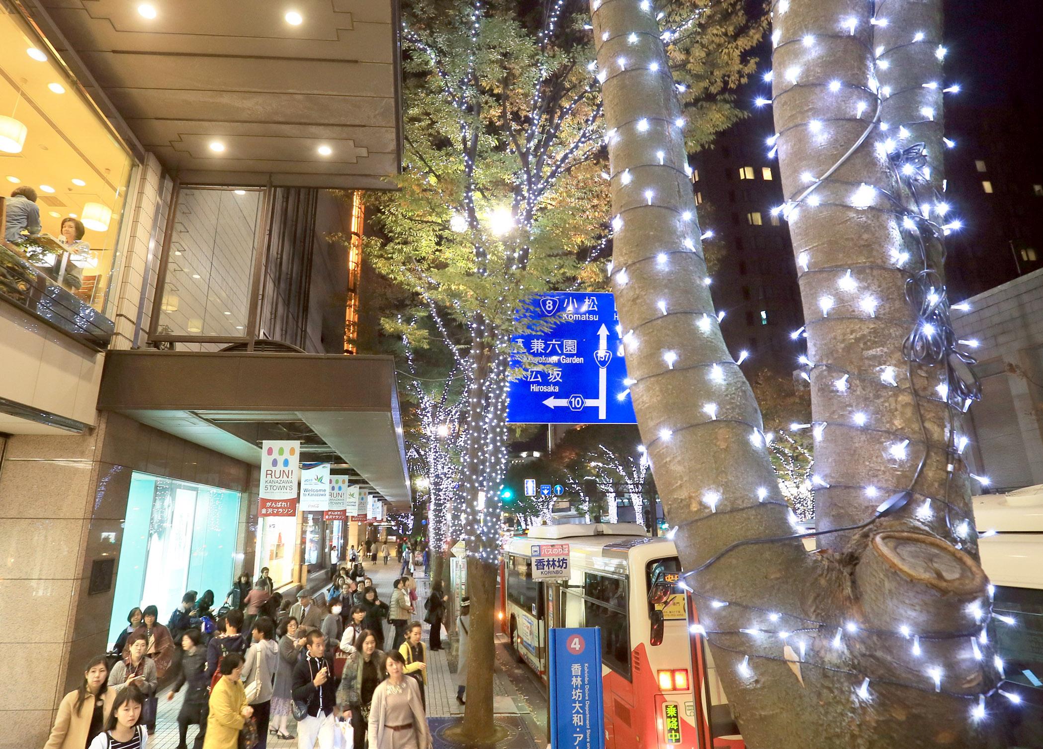 点灯が始まったイルミネーション=金沢市の香林坊1丁目