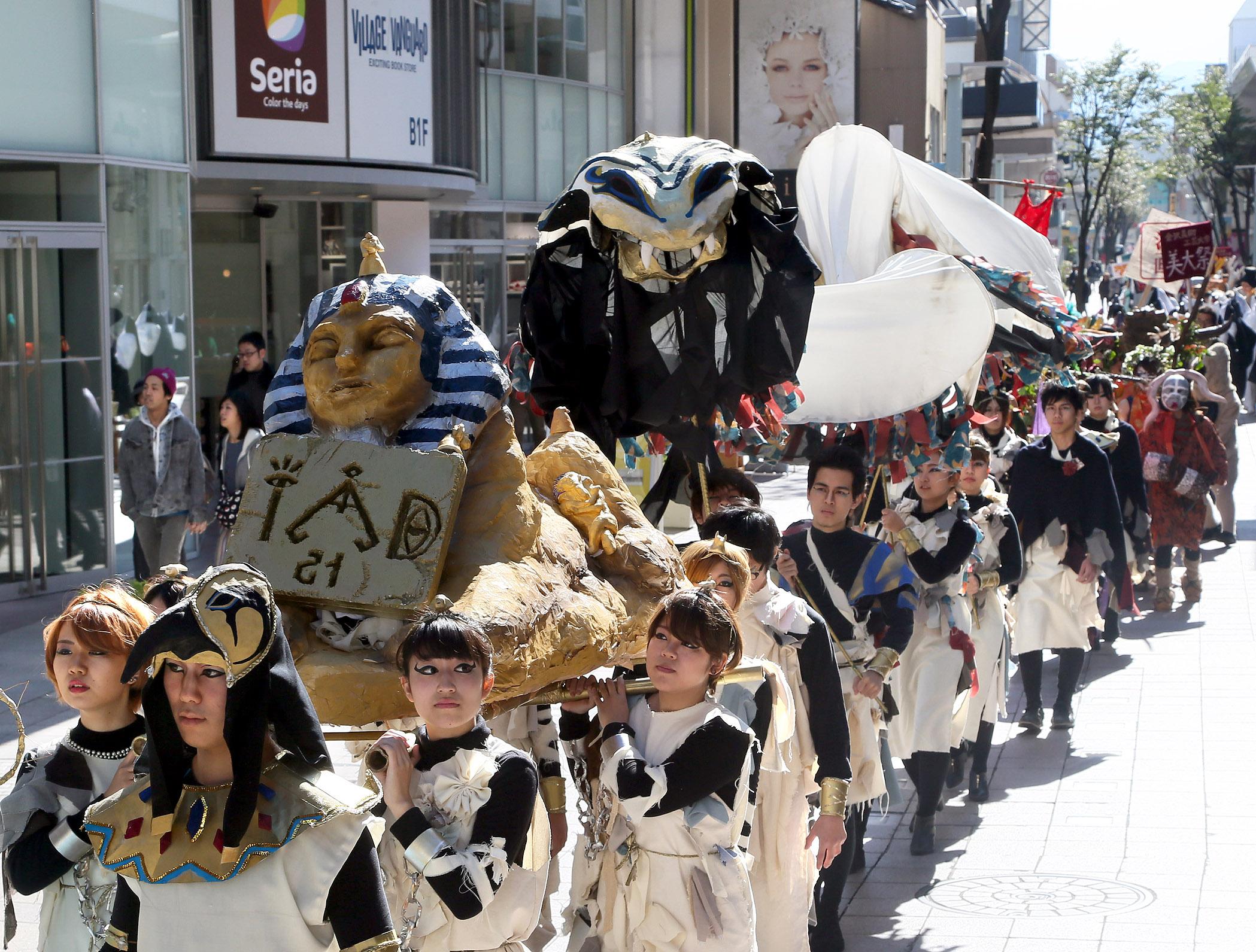 仮装パレードで練り歩く学生=竪町商店街