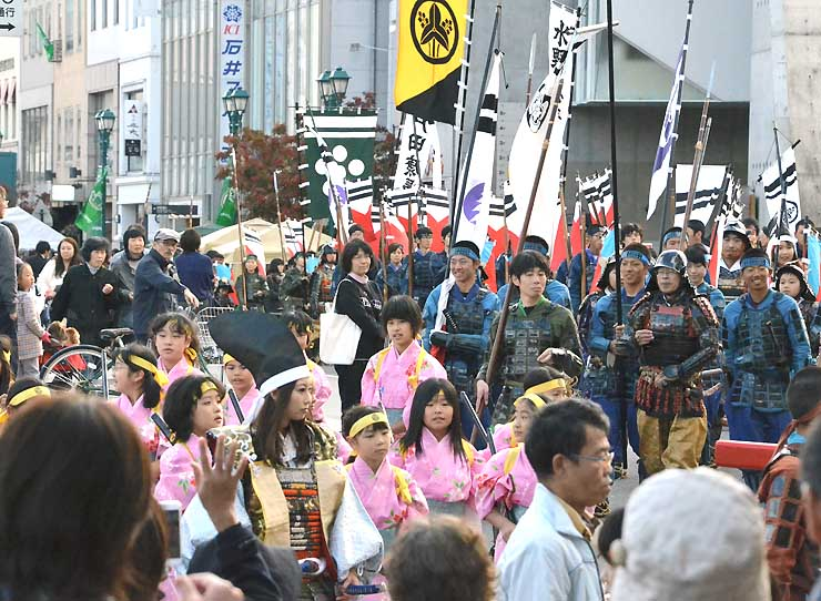 「松本まつり」で中心市街地を練り歩く武者行列
