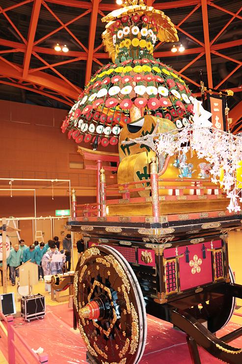 展示された二番町の山車。安全祈願祭も行われた=高岡テクノドーム