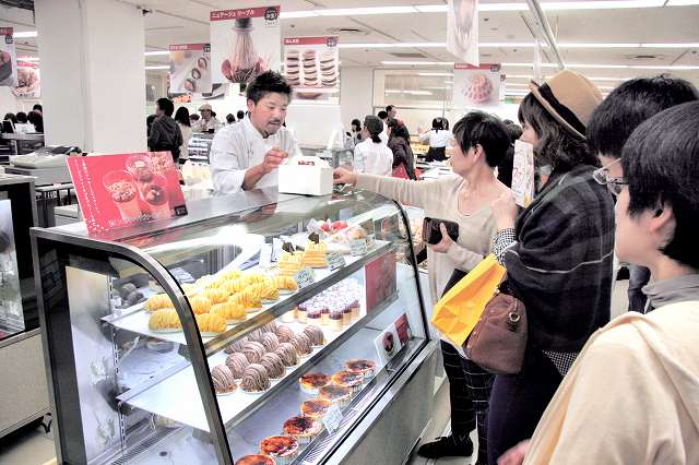 県内の多彩なスイーツが並んだ「ふくいのとっておきフードフェア」=3日、福井市の西武福井店