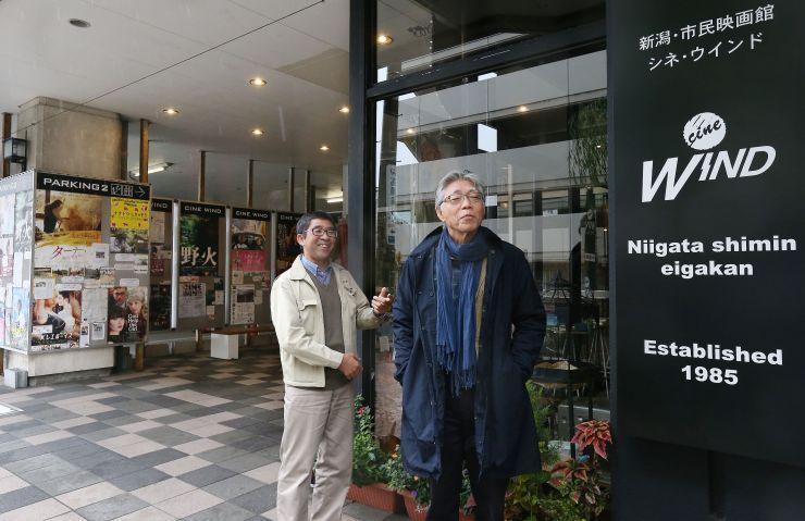 開館30周年を迎えるシネ・ウインドの斎藤正行代表(右)と井上経久支配人=新潟市中央区