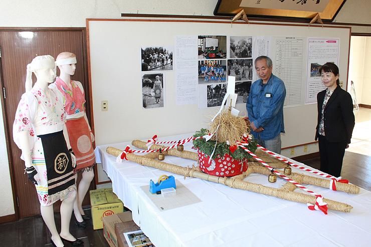 中野地区の「踊るヨータカ」のみこしや衣装が並ぶ展示