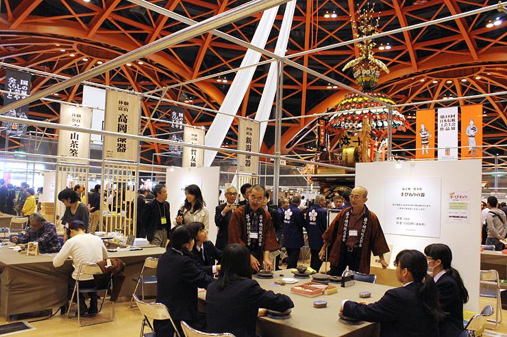 全国20産地が製作体験ブースを設け、38産地の工芸品が展示されている会場=高岡テクノドーム