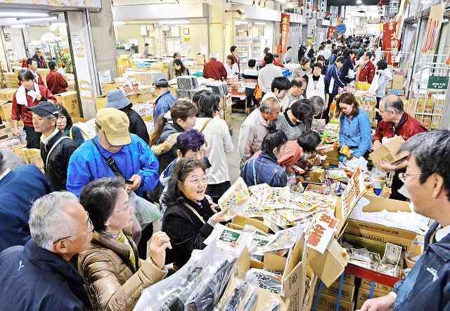関連商品売場棟の北側も一般開放され買い物客でにぎわう「ふくい鮮いちば1周年祭」=7日、福井市中央卸売市場