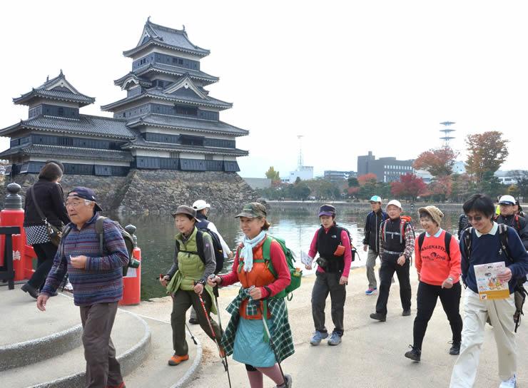 紅葉を楽しみながら約430人が松本市内を歩いた松本城ウオーク