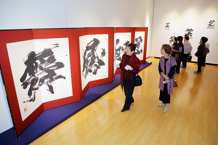 迫力の大字びょうぶなどが並んだ金澤さんの作品展 =アートハウスおやべ