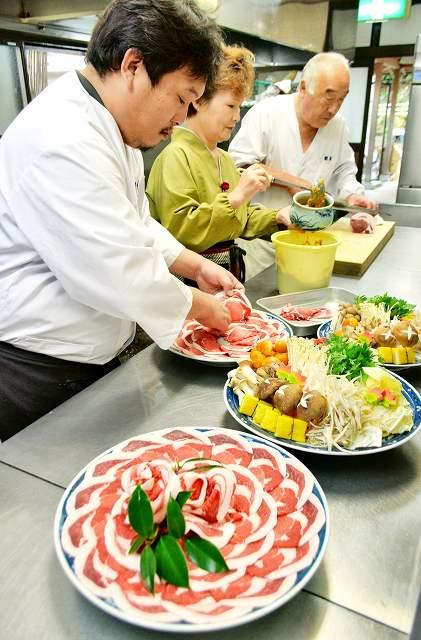 大皿にボタンの花のように盛り付けられたイノシシ肉=10日、福井県おおい町名田庄久坂の料理旅館「新佐」