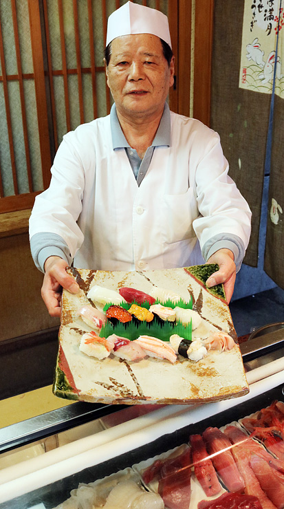 旬の魚介類をそろえた「寿司江戸一」のキャンペーンのすし=射水市東明七軒