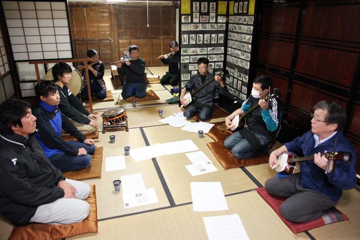 神楽坂での庵唄披露に向け、練習に励む宝槌会=南砺市城端