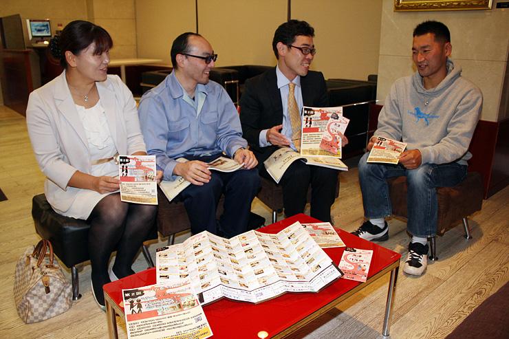 チラシを手にチャペコンの打ち合わせをする川原田さん(右から2人目)ら実行委メンバー