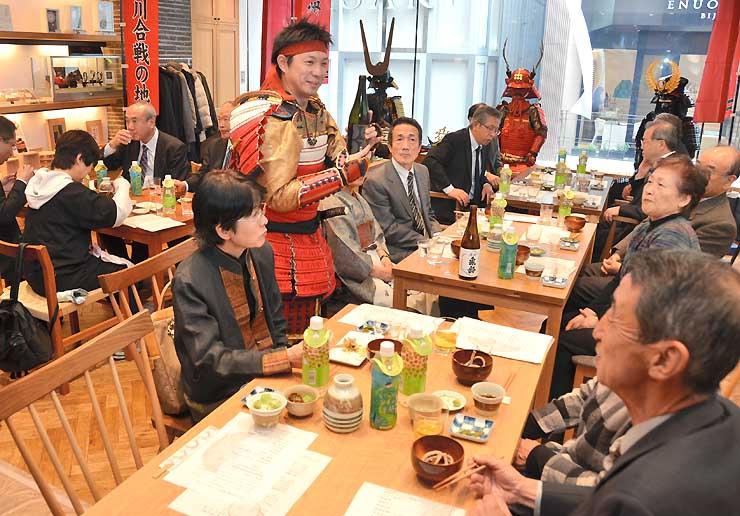 銀座NAGANOで青木村特産「タチアカネ」のそばや地酒を味わう参加者