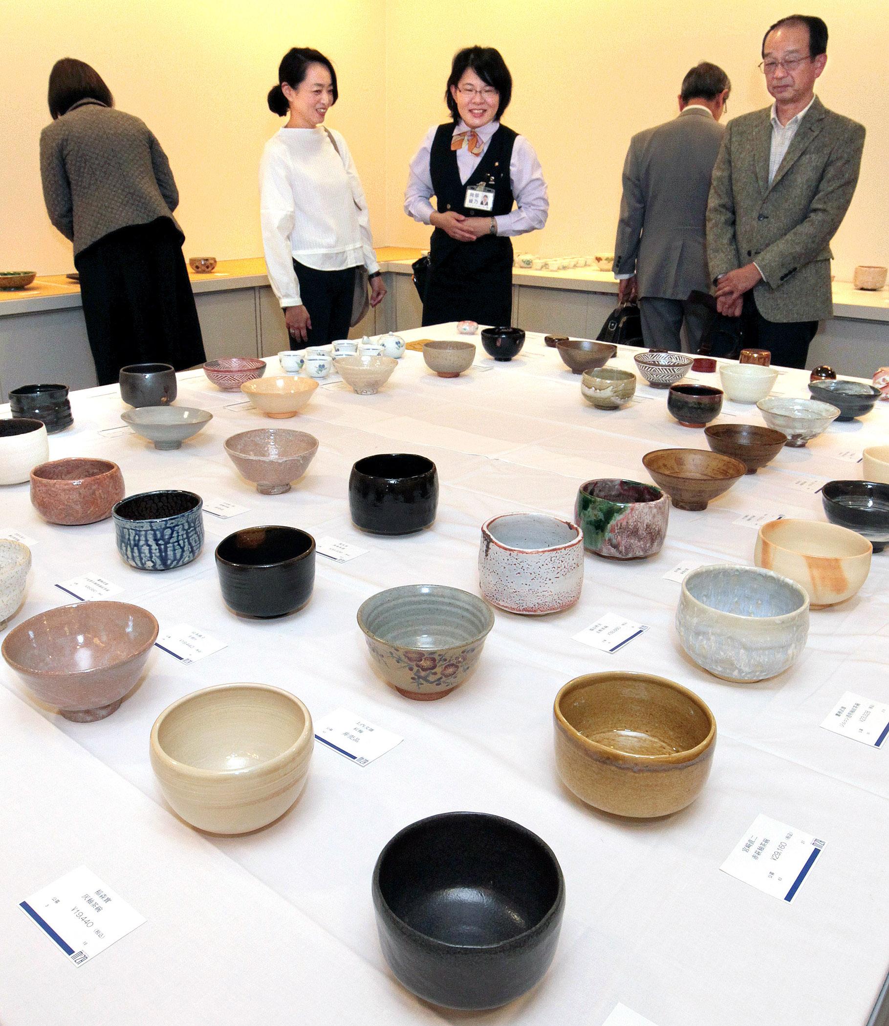 新作茶道具を鑑賞する来場者=金沢市のめいてつ・エムザ