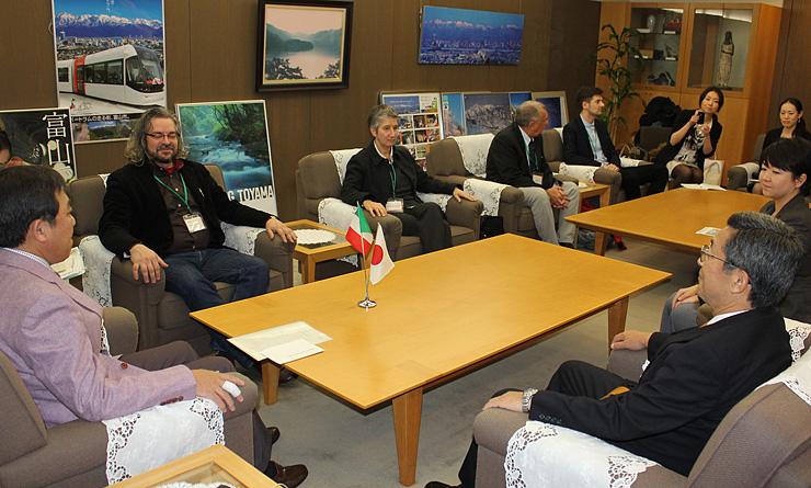 森市長(左)と懇談するイタリア食科学大の研究者ら=富山市役所