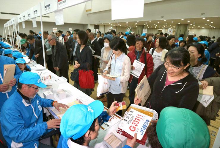 県内外から集まった大勢のランナーでにぎわう受け付け会場=金沢市の県立音楽堂交流ホール