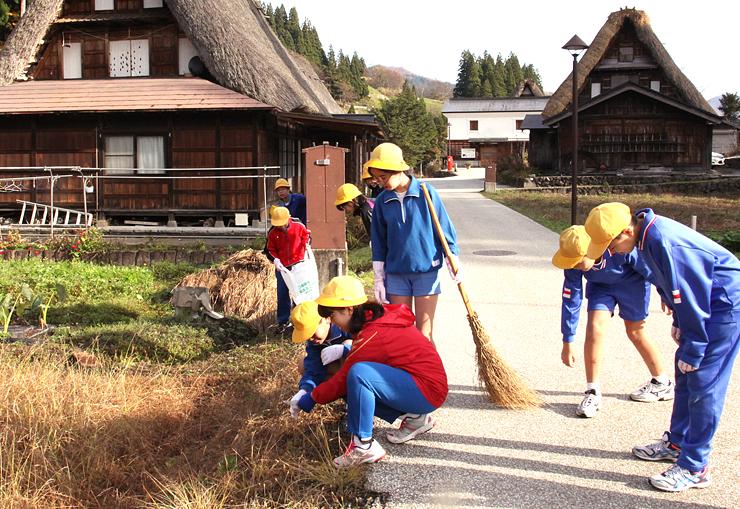 相倉合掌造り集落でごみを拾う上平小6年生