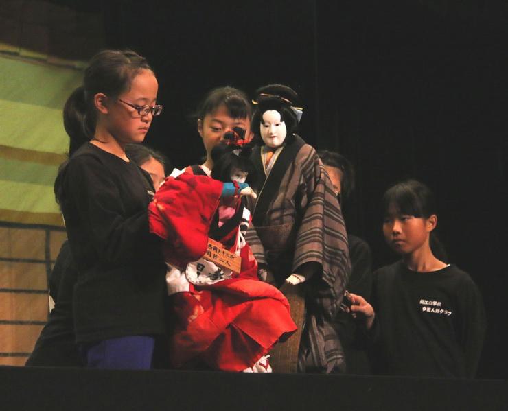 龍江小学校今田人形クラブが上演した「傾城阿波鳴門 順礼歌の段」