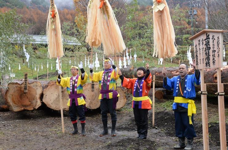 仮搬出が終わり、お披露目された上社御柱用材。木やり唄も行われた