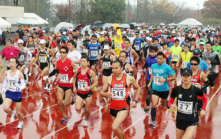 一斉にスタートするハーフマラソンの出場者=入善陸上競技場