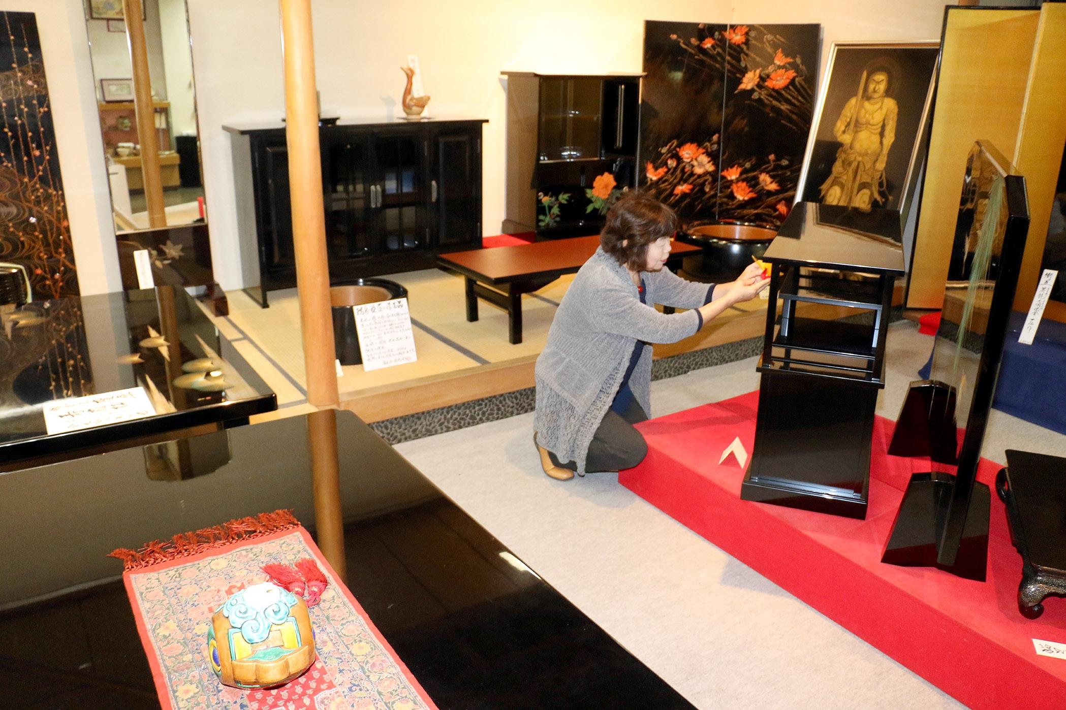 拡充した展示スペースに並んだ家具類=輪島市河井町の稲忠