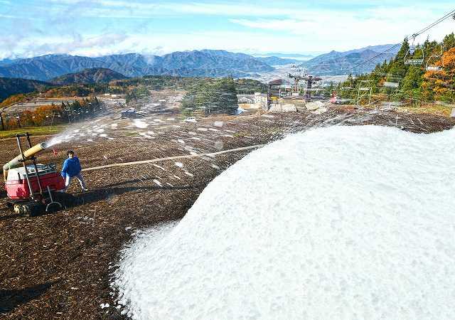 人工造雪機が本格稼働し、雪山ができたゲレンデ=16日、福井県勝山市のスキージャム勝山