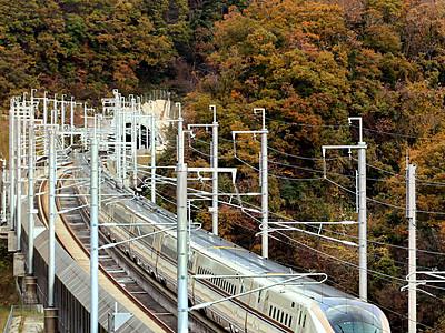 北陸新幹線、紅葉と競演 津幡町の山あい